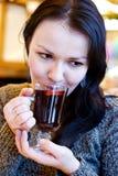 Schöne verrührter Wein des Mädchens Getränke Lizenzfreie Stockfotografie