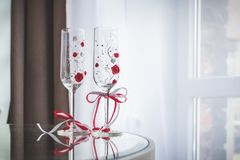 Schöne verzierte Heiratsgläser in den Wohnungen stockbilder
