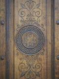Schöne verzierte Holztür stockbilder