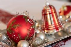 Schöne, vibrierende Weihnachtsverzierungen auf einer silbernen Platte lizenzfreies stockbild