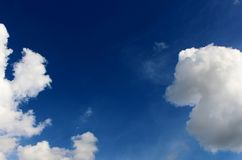 Schöne viele weiße Wolke auf blauer Himmel-Hintergrund Stockfoto