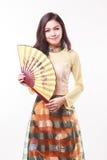 Schöne vietnamesische junge Frau mit moderner Art AO Dai, das einen Papierfan hält Lizenzfreies Stockfoto