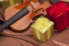 Schöne Violine und Geschenke! Lizenzfreie Stockfotos