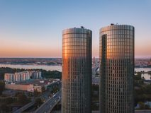 Schöne Vogelperspektive auf den Z-Türmen in der Mitte von Riga, Lettland lizenzfreies stockbild