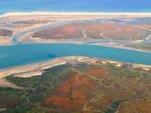 Schöne Vogelperspektive der Algarve-Küste von Portugal auf einem Flug nach Faro lizenzfreie stockbilder