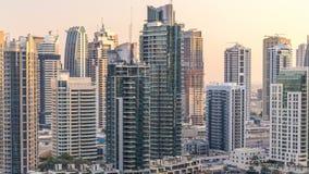 Schöne Vogelperspektive der Dubai-Jachthafenpromenade und -kanals mit sich hin- und herbewegenden Yachten und Booten vor Sonnenun stock video footage