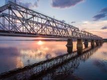 Schöne Vogelperspektive der Eisenbahnbrücke über der Wolga bei Sonnenuntergang Lizenzfreie Stockfotografie