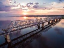 Schöne Vogelperspektive der Eisenbahnbrücke über der Wolga bei Sonnenuntergang Lizenzfreie Stockfotos
