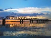 Schöne Vogelperspektive der Eisenbahnbrücke über der Wolga bei Sonnenuntergang Stockfoto