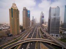 Schöne Vogelperspektive der futuristischen Stadtlandschaft mit Straßen, Autos, Züge, Wolkenkratzer Dubai, UAE Stockbild