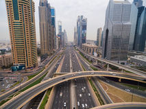 Schöne Vogelperspektive der futuristischen Stadtlandschaft mit Straßen, Autos, Züge, Wolkenkratzer Dubai, UAE Stockfotografie