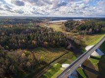 Schöne Vogelperspektive der Straßenbrücke über dem Fluss umgeben durch Wald Lizenzfreies Stockfoto