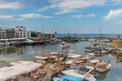 Schöne Vogelperspektive des historischen Hafens in Kyrenia lizenzfreies stockbild