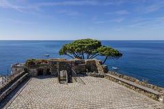 Schöne Vogelperspektive des Meeres vom Schloss von Riomaggiore, Cinque Terre Park, Ligurien, Italien lizenzfreie stockfotos