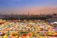 Schöne Vogelperspektive des Nachtfreien Marktes bunt mit der Stadt im Stadtzentrum gelegen Stockfoto