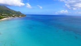Schöne Vogelperspektive des Strandes, des Indischen Ozeans und der Berge 5, Seychellen stock footage