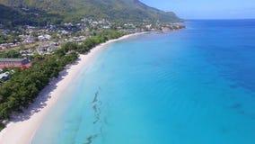 Schöne Vogelperspektive des Strandes, des Indischen Ozeans und der Berge 2, Seychellen stock footage