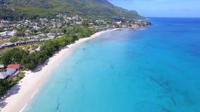 Schöne Vogelperspektive des Strandes, des Indischen Ozeans und der Berge 1, Seychellen stock footage