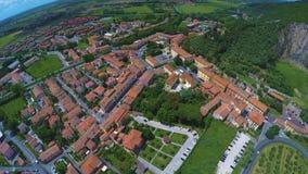 Schöne Vogelperspektive des typischen italienischen Dorfs nahe Berg, grasartiges Tal stock footage