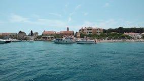 Schöne Vogelperspektive eines kleinen Jachthafens mit den Booten und Leuten, welche die Sonne schwimmen und genießen Schnellboote stock footage