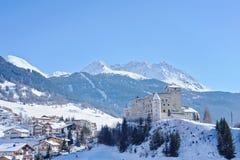 Schöne Vogelperspektive im Winter Nauders, Österreich mit Bergen und Schloss Stockfotografie