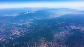 Schöne Vogelperspektive von den Bergen und von Wolken gesehen durch das Fenster von Fliegenflugzeug timelapse - stock footage