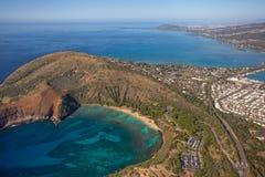 Schöne Vogelperspektive von Haunama-Bucht mit Diamond Head im backround lizenzfreie stockfotos
