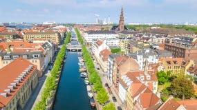 Schöne Vogelperspektive von Kopenhagen-Skylinen vom oben genanntem, historischen Pierhafen Nyhavn und vom Kanal, Kopenhagen, Däne stockbild