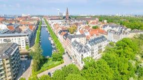 Schöne Vogelperspektive von Kopenhagen-Skylinen vom oben genanntem, historischen Pierhafen Nyhavn und vom Kanal, Kopenhagen, Däne lizenzfreie stockfotos