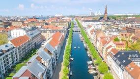 Schöne Vogelperspektive von Kopenhagen-Skylinen vom oben genanntem, historischen Pierhafen Nyhavn und vom Kanal, Kopenhagen, Däne stockfoto