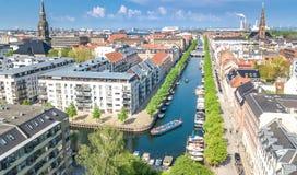 Schöne Vogelperspektive von Kopenhagen-Skylinen vom oben genanntem, historischen Pierhafen Nyhavn und vom Kanal mit Farbgebäuden  lizenzfreies stockbild