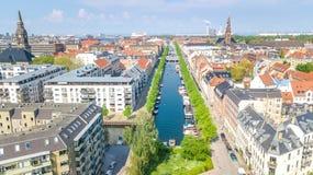 Schöne Vogelperspektive von Kopenhagen-Skylinen vom oben genanntem, historischen Pierhafen Nyhavn und vom Kanal mit Farbgebäuden  lizenzfreies stockfoto