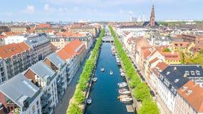 Schöne Vogelperspektive von Kopenhagen-Skylinen vom oben genanntem, historischen Pierhafen Nyhavn und vom Kanal mit Farbgebäuden  stockfoto
