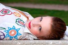 Schöne von mittlerem Alter Frau, liegend auf einem Garten Ben lizenzfreie stockfotos