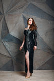 Schöne vorbildliche Aufstellung im schwarzen Luxuskleid Lizenzfreies Stockbild