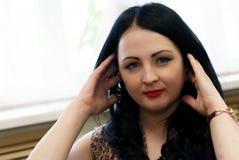 Schöne vorbildliche Frau, die auf Kamera aufwirft Lizenzfreie Stockfotografie