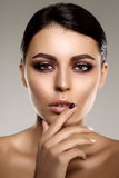 Schöne vorbildliche Frau im jungen modernen Mädchen des Schönheitssalon-Makes-up I Stockbilder