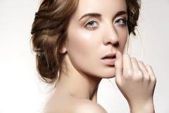 Schöne vorbildliche Frau mit romantischer Frisur der Mode, natürliches Make-up, saubere weiche Haut Lizenzfreies Stockbild