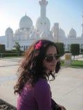 Schöne vorbildliche nahe weiße Moschee Schönes glückliches Mädchen und Moschee stockfoto