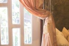 Schöne Vorhangbindung durch Vorhangbügel Lizenzfreies Stockbild