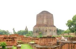 Schöne votive Ministupas u. Dhamekh stupa Lizenzfreies Stockfoto