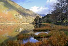 Schöne Waliser-Berge reflektierten sich im Wasser einer Stille von See Llyn Gwynant stockbilder