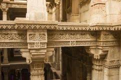 Schöne Wand, die an adalaj vaw schnitzt (Schrittbrunnen) nahe Ahmedabad, Indien Lizenzfreies Stockfoto
