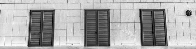 Schöne Wand von Holztüren Stockbild