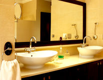 Schöne Wanne in einem Badezimmer Lizenzfreie Stockfotografie
