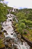 Schöne Wasserfälle in den norwegischen Bergen, Norwegen, Skandinavien lizenzfreies stockbild