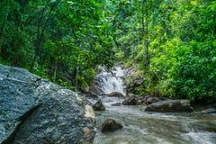 Schöne Wasserfälle durch Felsen stockbild