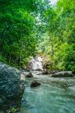 Schöne Wasserfälle durch Felsen stockfoto