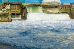 Schöne Wasserfallindustrielandschaft am Strand Lizenzfreie Stockfotografie