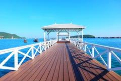 Schöne weiße Brücke auf Meer Lizenzfreie Stockfotografie